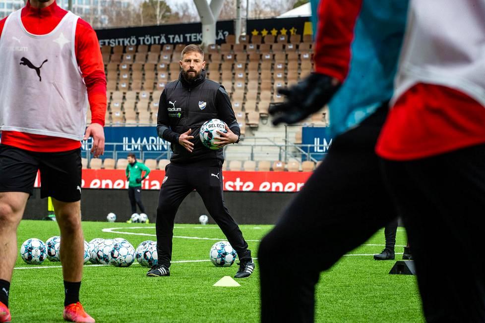 Joaquín Gómezin mukaan Veikkausliiga voi olla hyvä askel eteenpäin joidenkin ulkomaisten pelaajien urilla. Hän sanoo houkutelleensa muutamia pelaajia Suomeen, ja pelaajat ovat olleet tyytyväisiä päätökseensä.