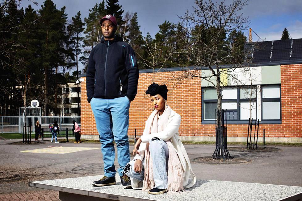 Ibrahim ja Ujuni Ahmed kuvattiin entisen koulunsa, Keinutien ala-asteen pihalla Kontulassa. Ibrahim asuu yhä Itä-Helsingissä, Ujuni on muuttanut läntiseen Helsinkiin.