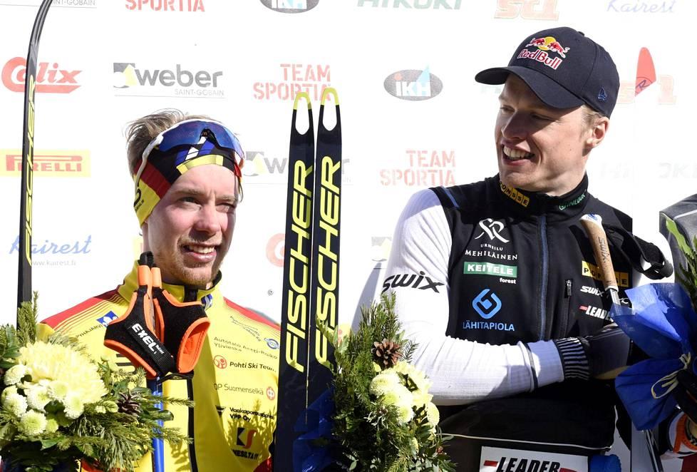 Joni Mäki (vas.) ja Iivo Niskanen hymyilivät kukituksessa, vaikka vain viisi minuuttia aiemmin he olivat ottaneet verbaalisesti yhteen.