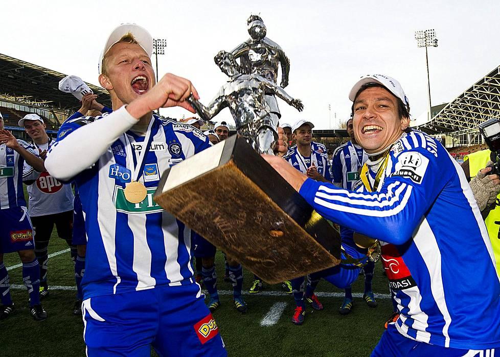 Jari Litmanen ja Mathias Lindström nostelivat mestaruuspokaalia marraskuussa 2011. Suomen mestaruus oli Litmasen ensimmäinen.