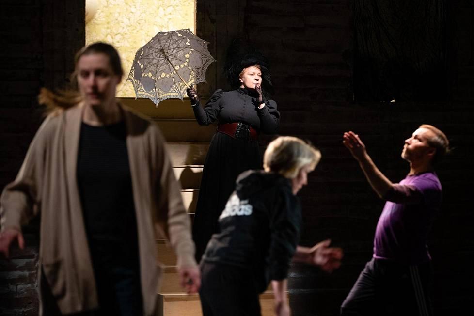 Alma-liikeoopperaa harjoiteltiin Tampereella helmikuun alussa. Taustalla Alman roolissa Suvi Eloranta, edessä laulaja Tuuli Lindberg sekä tanssijat Mari Rosendahl ja Samuli Roininen.