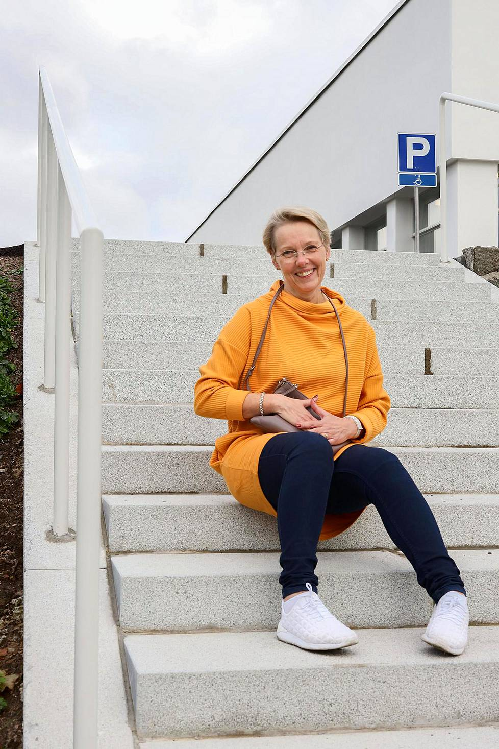 Tuula Stenroos on the steps of the Sports Museum in autumn 2020.