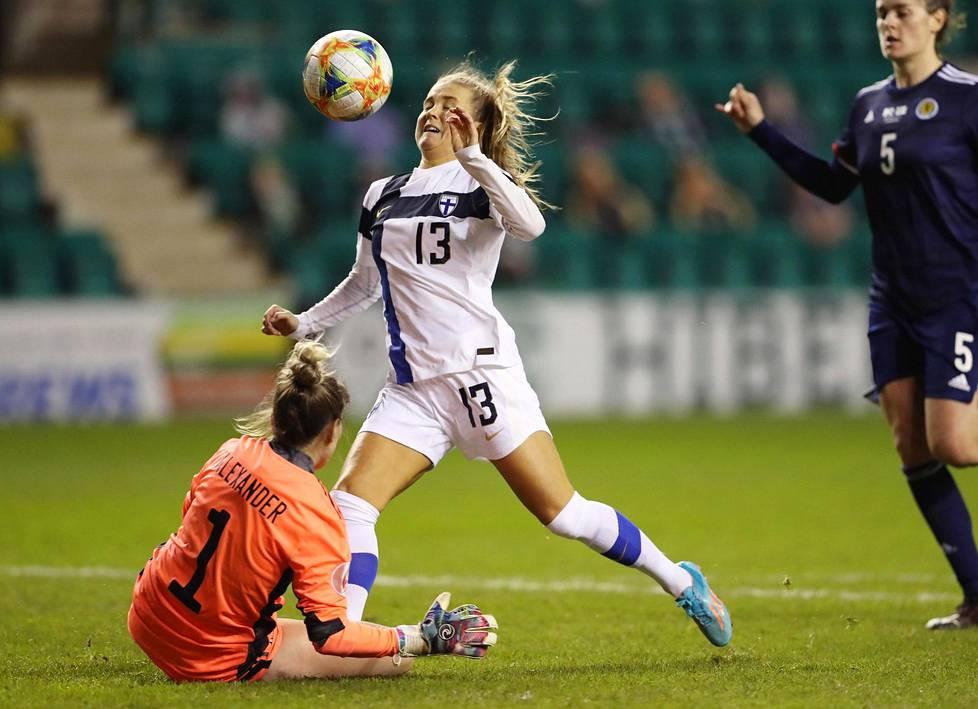 Pallo kimpoaa maalivahdin torjunnasta Amanda Rantasen, anteeksi – siis Jumalan nenään – ja menee maaliin. Rantasen maalilla Suomi voitti Skotlannin EM-karsinnassa toistamiseen.