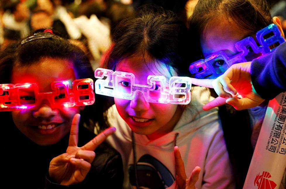 Lapset odottivat ilotulituksen alkamista Hongkongissa.