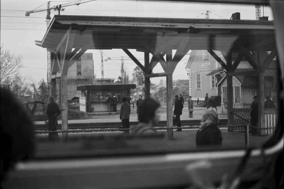 Junan ikkunasta otettu kuva vuonna 1973. Oikealla näkyy asemarakennuksen päätyä, vasemalla kioski ja taustalla rakenteilla olevia betonielementtitaloja.