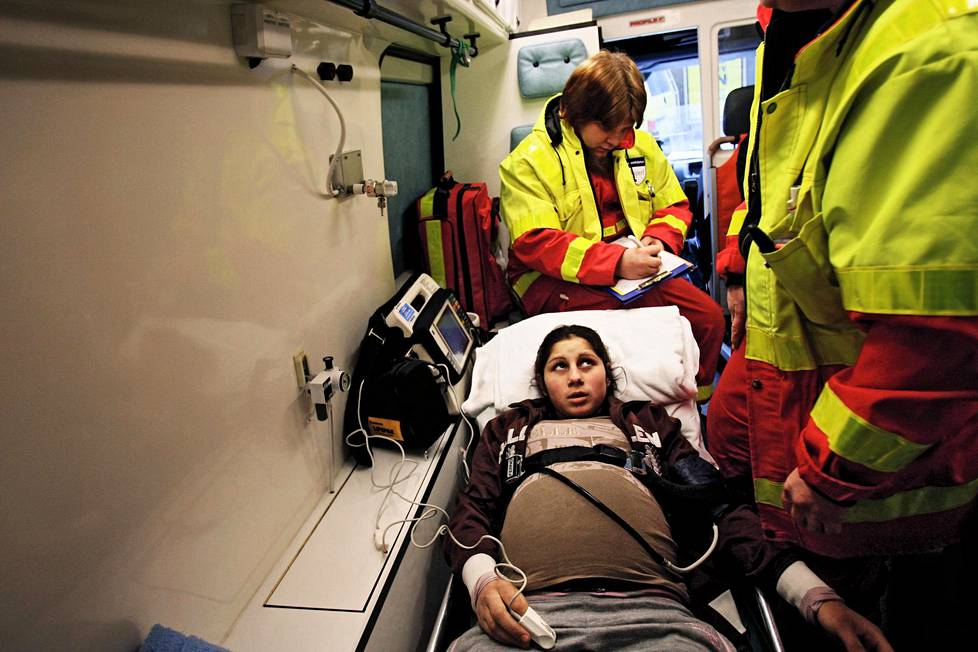 Mihaela Stoica on matkalla synnyttämään. Tämä kuva julkaistiin Helsingin Sanomissa 9.2.2008.