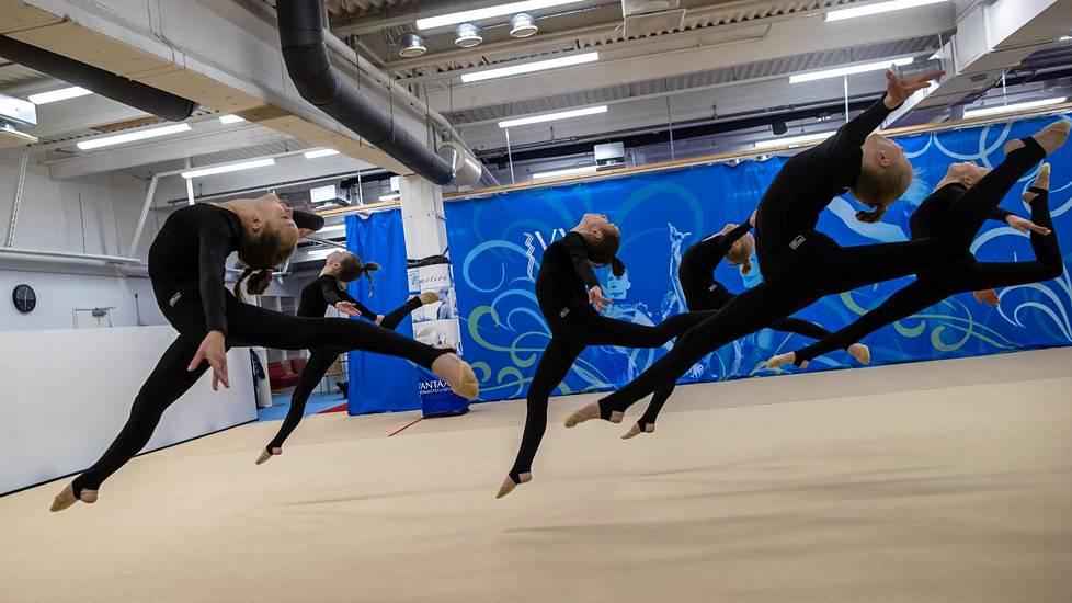 Joukkuevoimistelun Team Vantaa Junior -joukkue harjoitteli Kaivokselassa Vantaan voimisteluseuran salilla.
