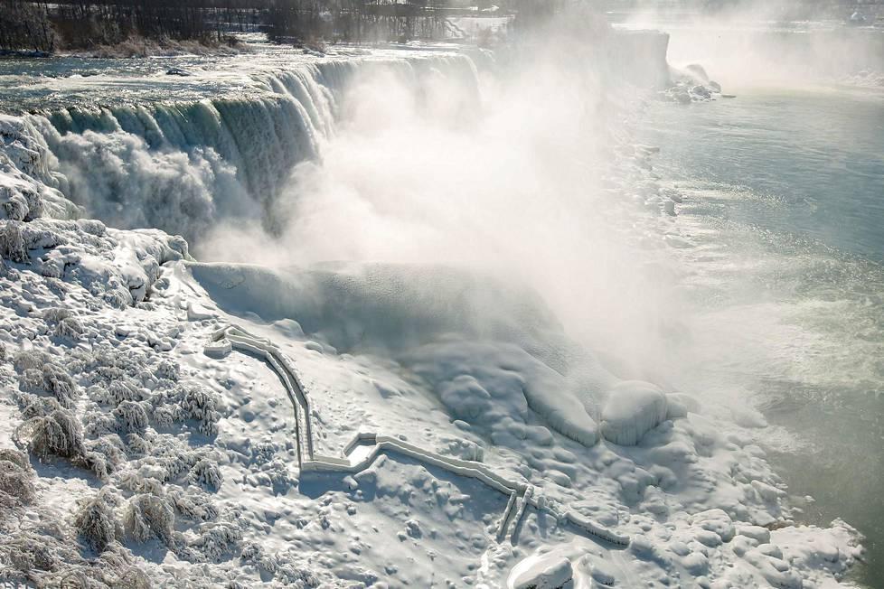 Vesi virtaa jäiden keskellä. Putousten jäätyminen kokonaan on harvinaista.