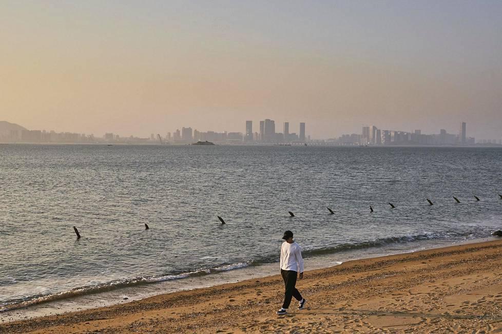 Jinmen ilmoitti vuonna 2013 raivanneensa muutamassa vuodessa lähes 100 000 miinaa maastosta. Sen jälkeen rannoillakin on ollut sangen turvallista kulkea. Salmen takana näkyy Kiinan Xiamen.