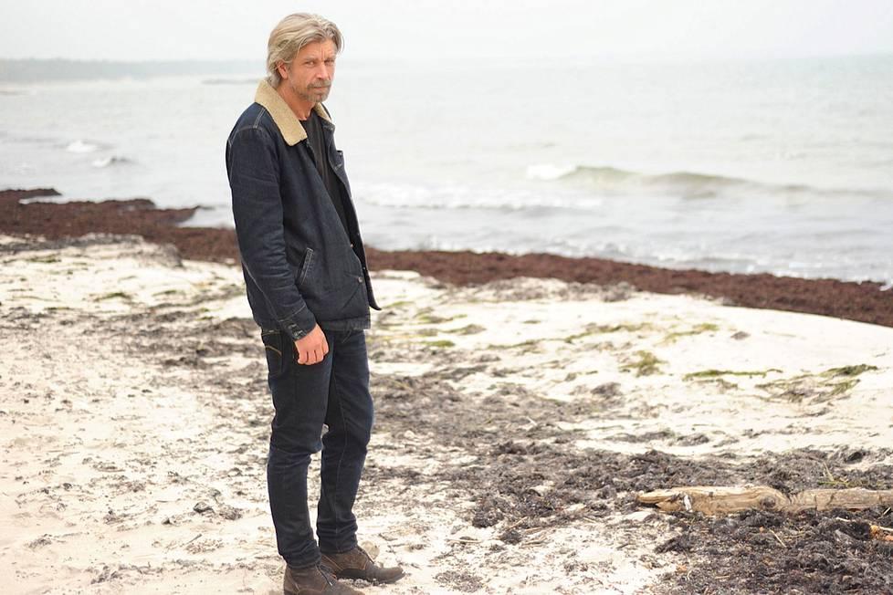 Karl Ove Knausgård sanoo löytäneensä paikkansa Skånesta. Norjaan ei ole paluuta. Glemmingebron kylään on muuttanut myös Taisteluni- romaanista tuttu norjalaisystävä Geir.