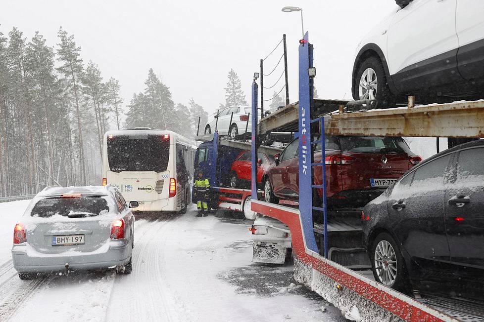 Liikenteellä oli lumisateen vuoksi vaikeuksia Kehä kolmosella.