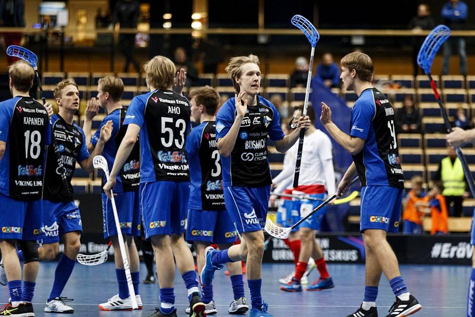EräViikinkien Markus Salmi juhli maalia miesten salibandyliigan kotiottelussa SPV:tä vastaan. EräViikingit voitti ottelun 6-4.