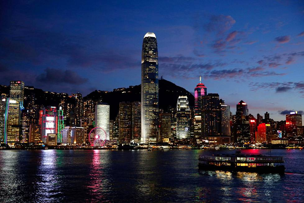 Näkymä Hongkongin mannerpuolelta Kowloonista luonnonsatama Victoria Harbourin yli kohti Hongkongin saarta viime kesäkuussa.