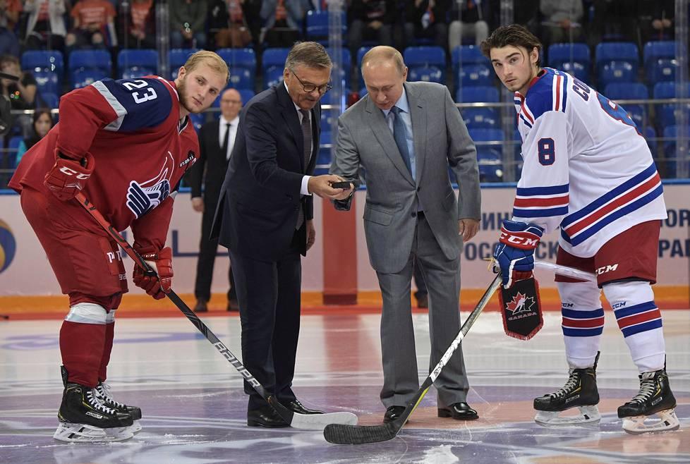 Venäjän presidentti Vladimir Putin ja kansainvälisen jääkiekkoliiton puheenjohtaja René Fasel avasivat kansainvälisen junioriturnauksen Venäjällä 2019.