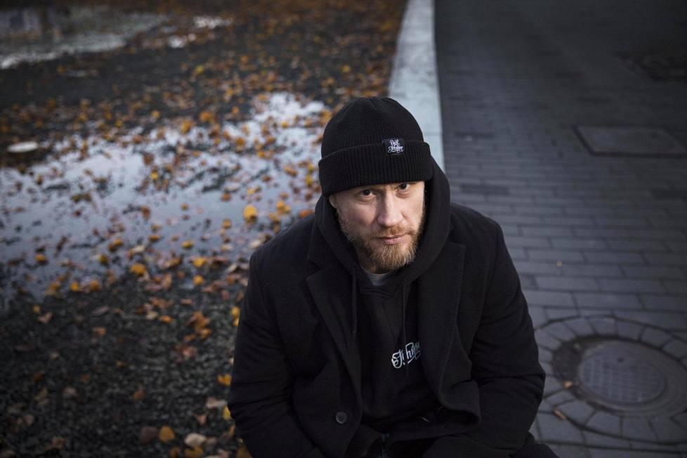 Hannes Hyvösen jääkiekkoura päättyi kaoottisissa siviilielämän tunnelmissa, mutta uusi nousu on tehnyt miehestä tv-esiintyjän ja bloggaajan.