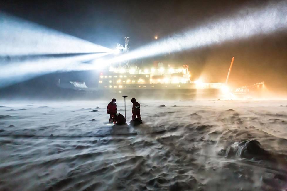Napajäällä työskentely tarkoittaa myös pimeyttä, kylmyyttä ja viimaa. Koska Mosaic-hanke on vasta alkamassa, kuva on vuodelta 2013. Taustalla Polarstern.
