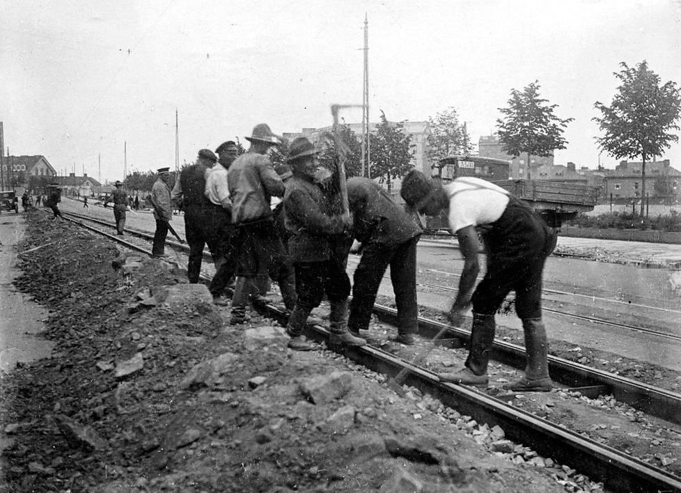 Raitiovaunukiskoja rakennetaan tai kunnostetaan kunnan hätäaputöinä Helsingin Brahenkadulla vuonna 1931.