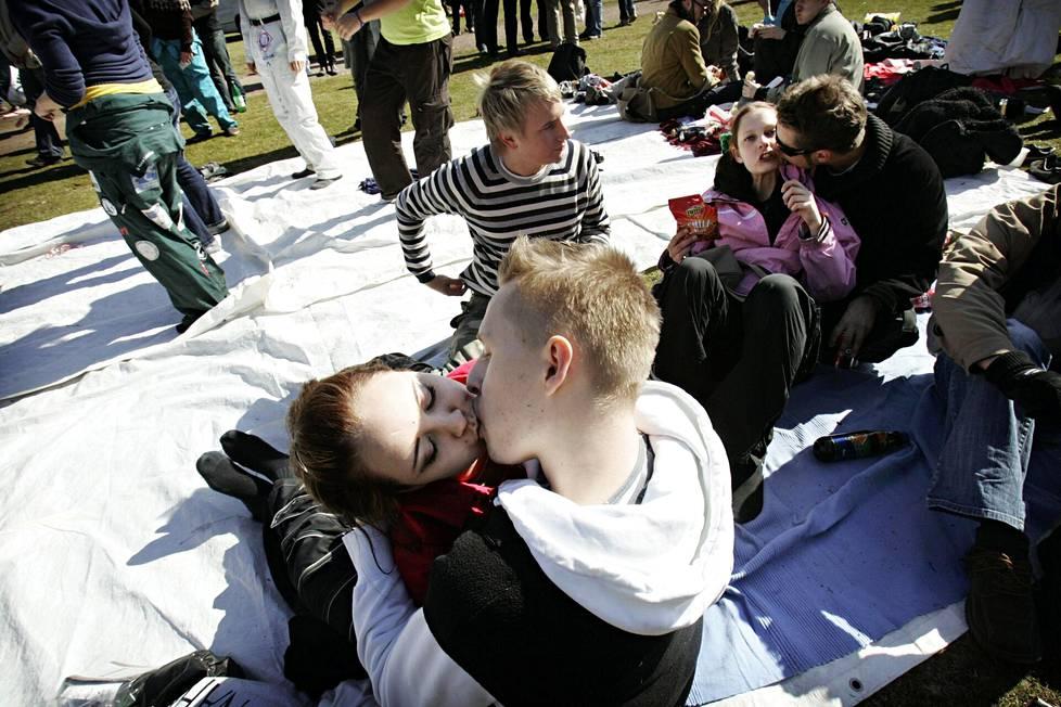 Pariskunta suuteli vappuna Ullanlinnanmäellä vuonna 2007.