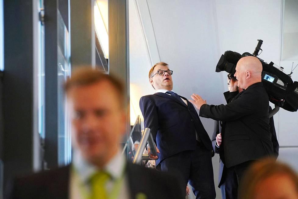 Väistyvä puheenjohtaja Juha Sipilä oli jäädä MTV:n Aki Blombergin kameran alle, kun hän poistui tiedotustilaisuudesta Keskustan puoluevaltuuston kokokouksessa Riihimäellä. Etualalla uudeksi puheenjohtajaksi veikkailtu Antti Kaikkonen.