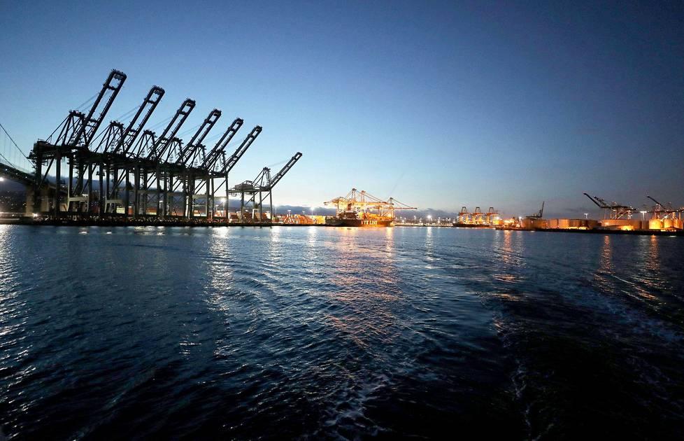 Los Angelesin satama San Pedrossa Yhdysvalloissa 6. maaliskuuta 2020. Yksi maan vilkkaimmista satamista hiljeni, koska Kiinasta saapuva rahtiliikenne lakkasi kulkemasta.
