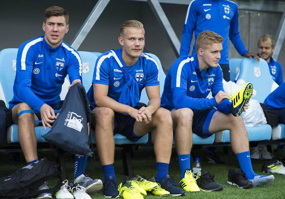 Jesse Joronen (vas.) valmistautui Kroatian Rijekassa Suomen A-maajoukkueen harjoituksiin ennen MM-karsintaottelua Kroatiaa vastaan.