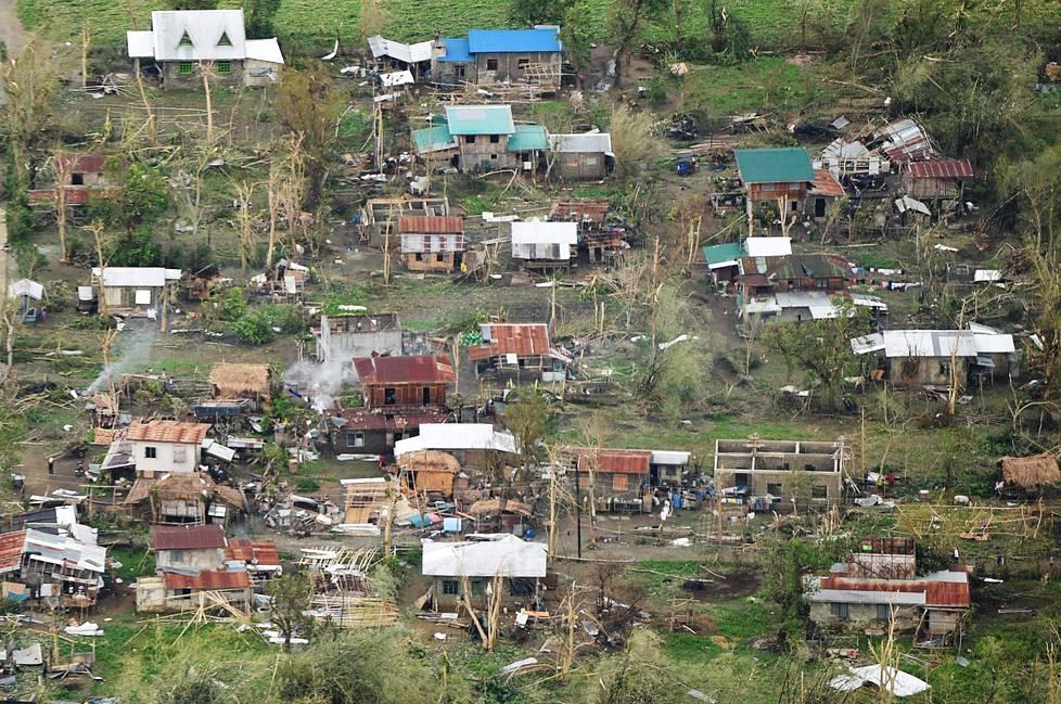 Myrskytuhoja Tuguegaraon kaupungissa Cagayanin maakunnassa Pohjois-Filippiineillä sunnuntaina.