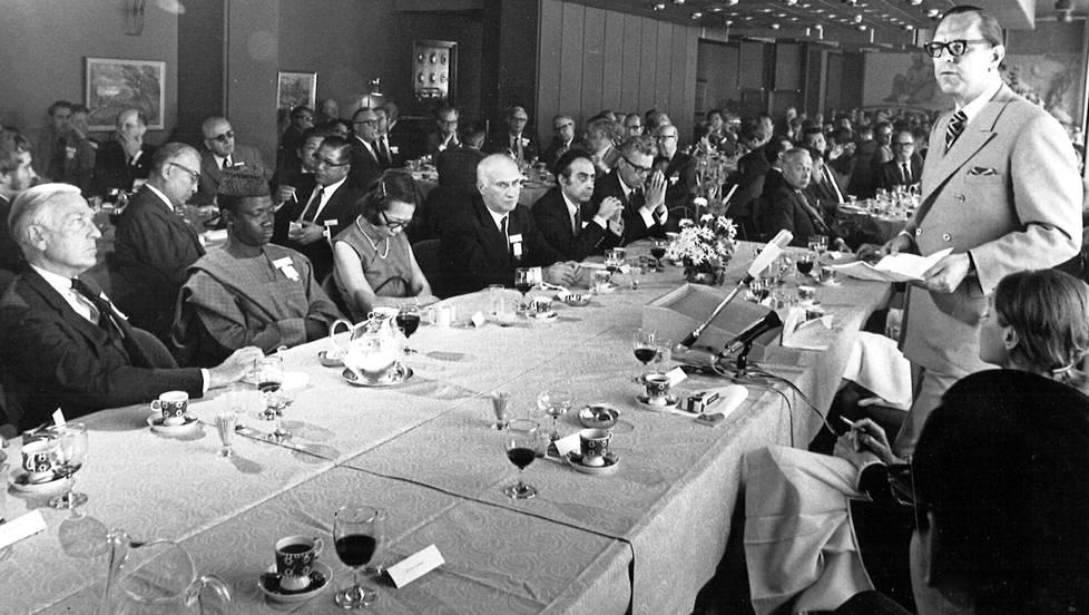 Suomen YK-suurlähettiläs Max Jakobson puhui IPI:n kongressivieraille lounaalla.
