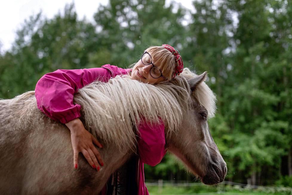 Milla Paloniemi tuli tunnetuksi kiroilevasta siilistä. Tuorein eläinrakkaus on Kromi-niminen varsa.