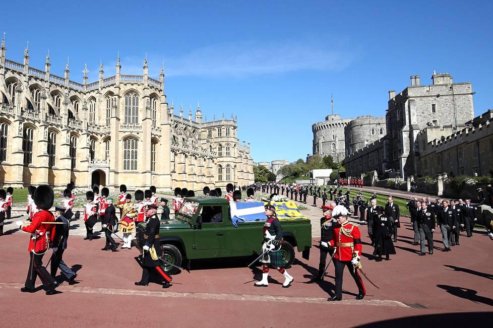 Prinssi Philipin arkku siirrettiin Windsorin linnasta Land Roverin kyydissä kappeliin.