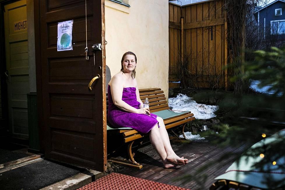 Tiina Leivo vilvoitteli maaliskuussa 2020 Rajaportin saunalla.