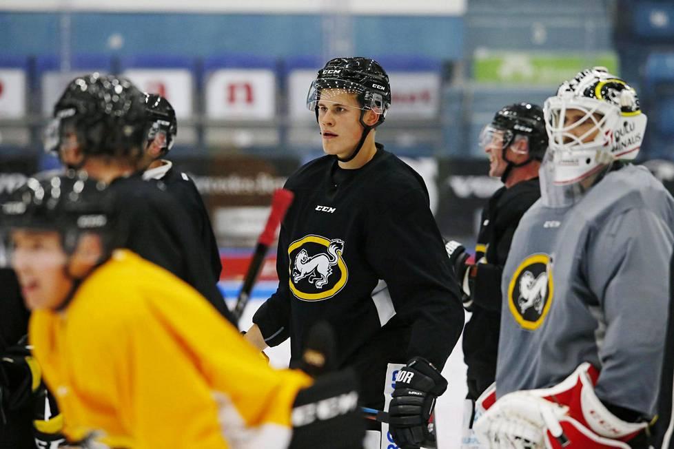 Jesse Puljujärvi on harjoitellut kesän lopulla Kärppien kanssa ja niin hän teki myös tiistaina uutena sopimuspelaajana.