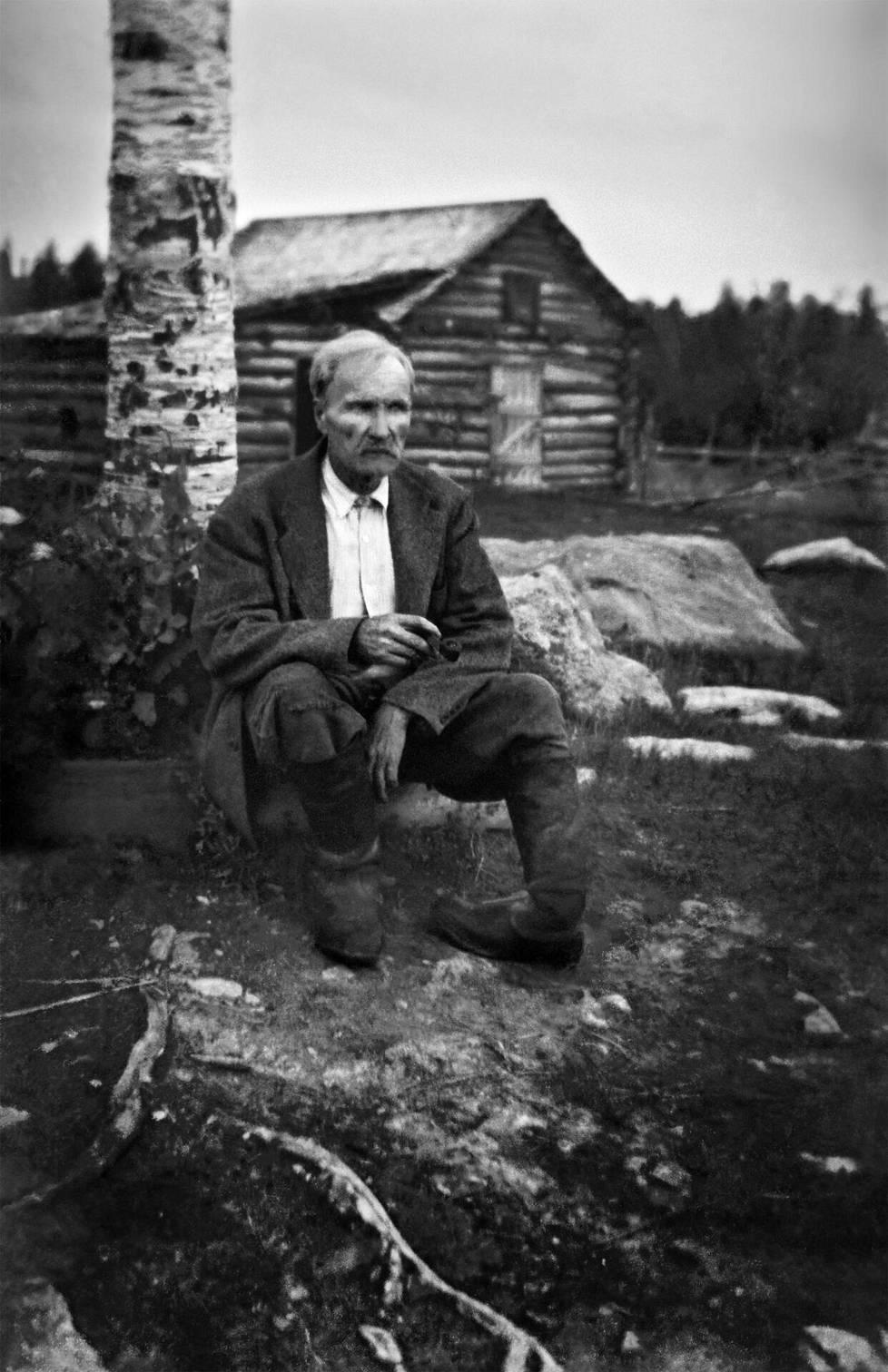 """Nätti-Jussin vasemmassa jalassa oli syntymävika. Häntä pilkattiin """"Kampura-Jussiksi"""", """"Könttäjalaksi"""" ja """"Rujo-Jussiksi"""". Lapsena hän piiloutui kiusaajiltaan. """"Monet itkut minä siellä piilopaikassani itkin ja kyselin Jumalalta, miksi hän oli minut tällaiseksi rujoksi luonut"""", hän kertoi vuonna 1956 kirjan Nätti-Jussi – elämä ja tarinat mukaan. Suojakilveksi kiusaa vastaan hän kehitteli tarinoitaan."""
