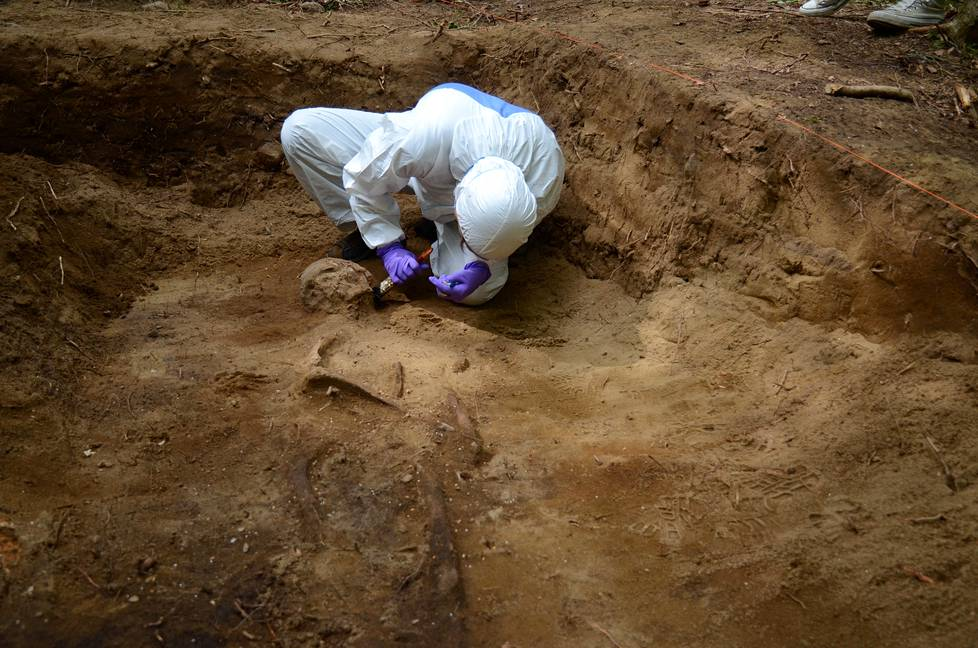 Arkeologi Kati Salo otti rautakautisesta vainajasta talteen kaksi poskihammasta Valkeakoskella kesäkuussa 2017.