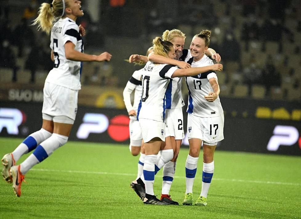 Emma Koivisto (vas), Emmi Alanen, maalintekijä Eveliina Summanen ja Sanni Franssi juhlivat 1–0 voittoa jalkapallon naisten EM-karsintaottelussa Skotlantia vastaan viime syksynä.
