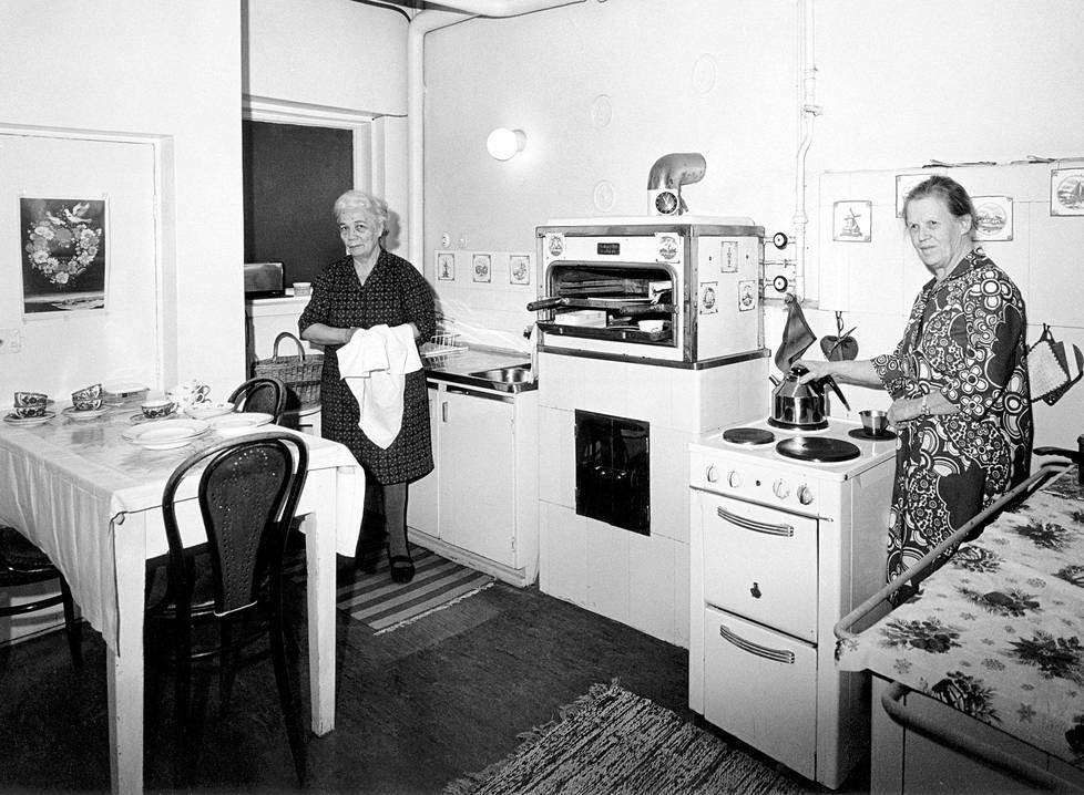 Berta Haglind (oik.) ja Elsa Sundman Kaivopuiston-huvilan keittiössä ilmeisesti 1960-luvun lopulla.