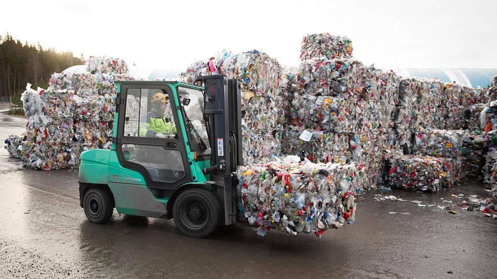 Fortumin muovijalostamoon Riihimäelle toimitetaan muoviroskat koko Suomesta.