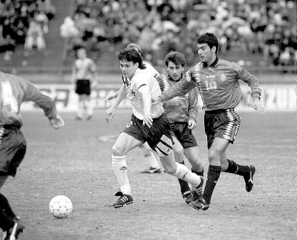 Vuonna 1994 Tampereella Espanjaa vastaan pelatussa maaottelussa Jari Litmanen karkasi Felipe Minamberilta (numero 11) ja Pep Guardiolalta (10). Espanja vei kuitenkin voiton maalein 1–2.