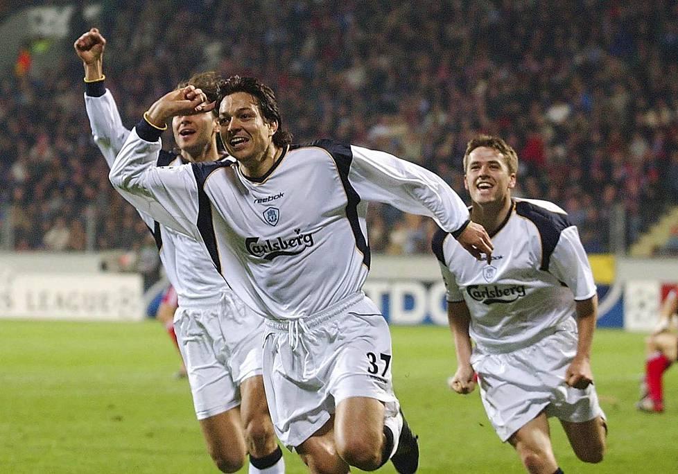 Liverpool juhli Mestareiden liigan puolivälierässä Leverkusenia vastaan huhtikuussa 2002. Oikealla Michael Owen.