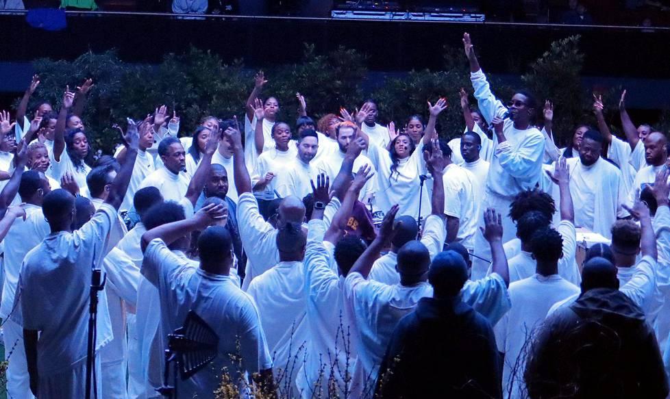 Kanye West gospelkuoron keskellä sunnuntaijumalanpalveluksessa Los Angelesissa lokakuussa.