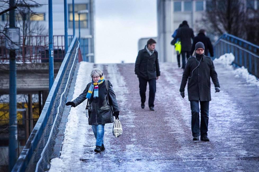 Liukkainta on, kun jään päälle sataa vettä tai pakkaslunta. Liukkaus yllättää etenkin kevättalvella, jolloin sää voi olla iltapäivällä aivan toinen kuin aamulla liikkeelle lähtiessä.