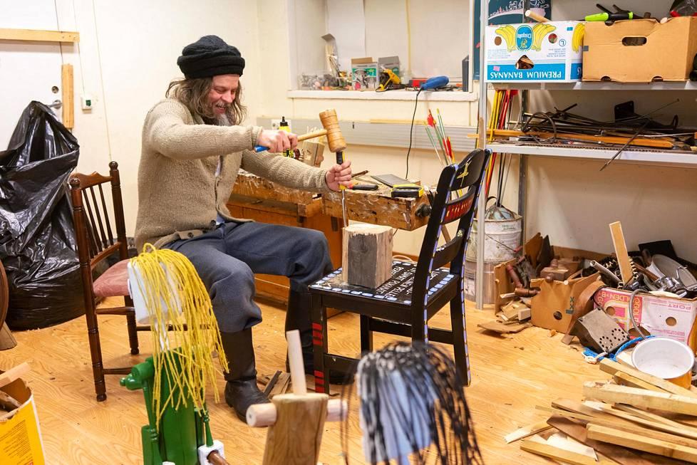 Jori Kalliola työstää puuveistosta työhuoneellaan Hangossa.