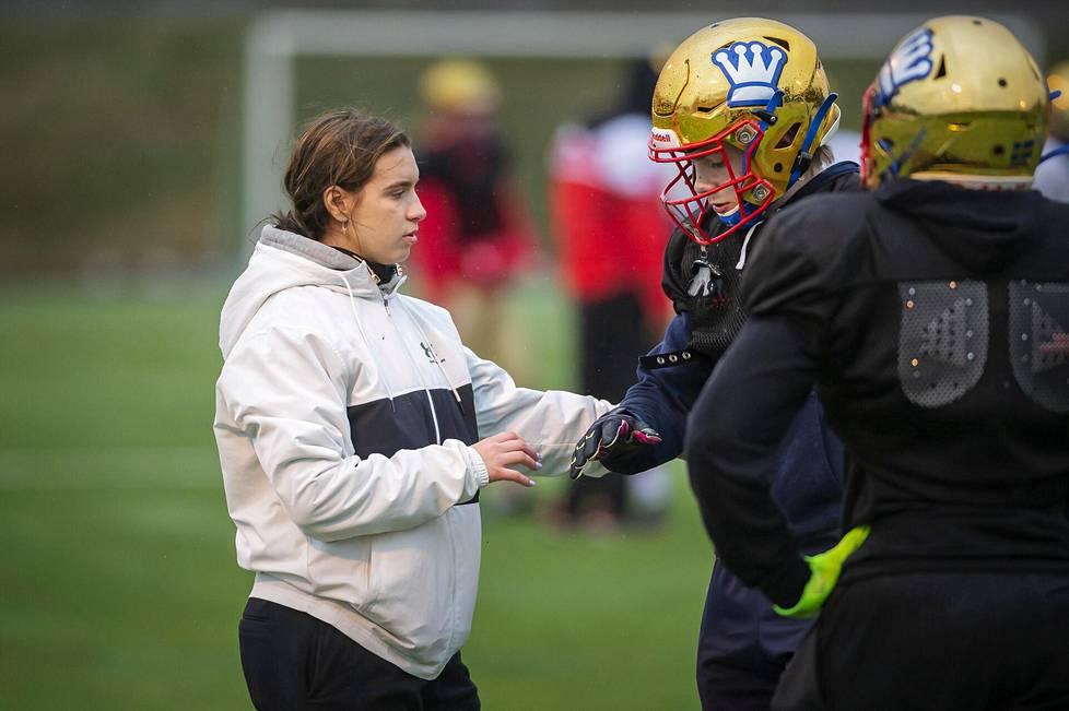 Nana Olavuo on päässyt ohjeistamaan Wasa Royalsin harjoituksissa muun muassa Peter Lundströmiä.