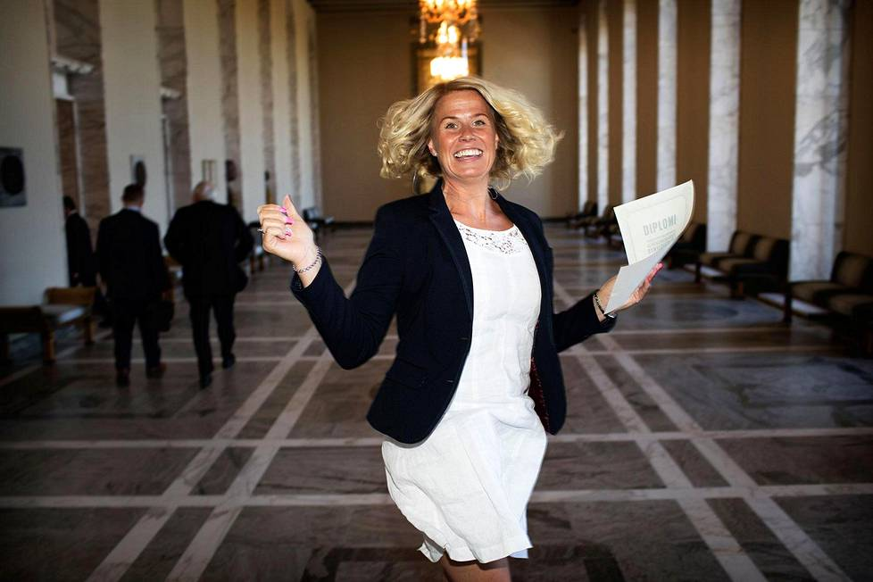 Katja Taimela (sd) iloitsee diplomistaan.