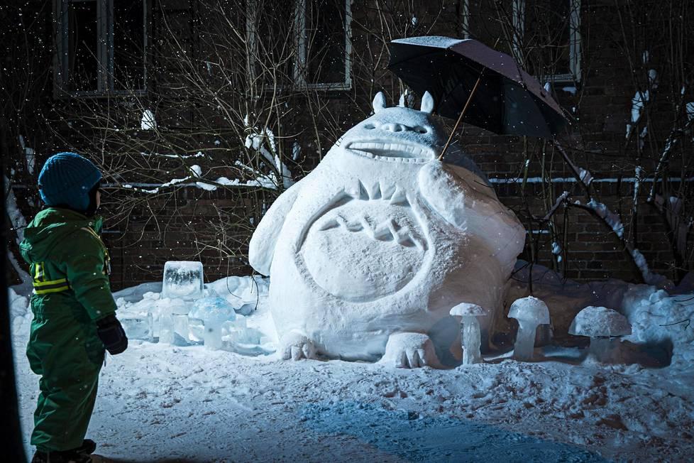 Lapsi pysähtyi ihmettelemään Totoroa tiistai-iltana. Helsingin Hermanniin tehty veistos voitti äänestyksen HS:n lumiveistoskilpailussa.