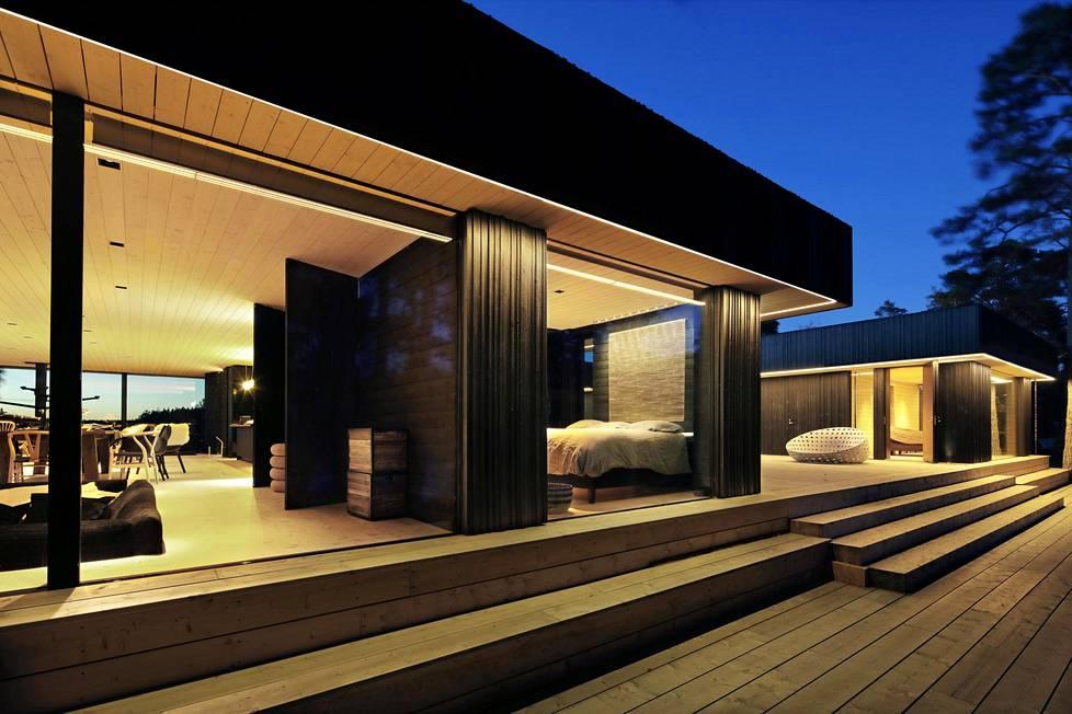 Talojen kattoihin on kiinnitetty led-nauha, joka luo ulkotilaan lämpimänsävyisen valaistuksen. Talojen välissä on 500 neliön terassi.