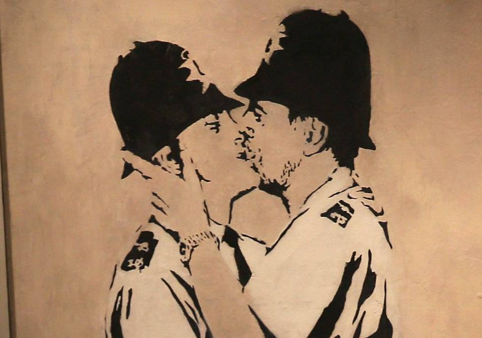 Banksy: Kissing Coppers.