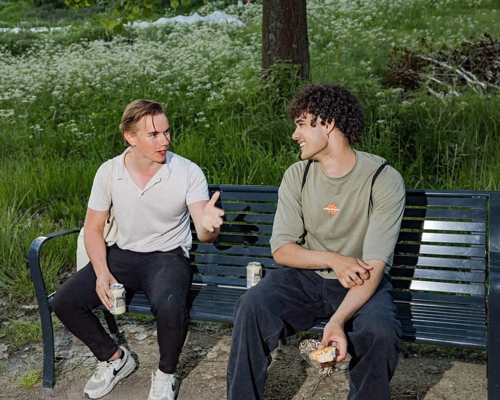Noah Broms (vas.) ja Daniel Oris viettivät iltaa Mustikkamaalla.