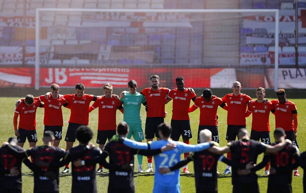 Hiljaiseen hetkeen osallistuivat myös Luton Townin ja Watfordin jalkapallopelaajat Lutonissa pelatussa pelissä.