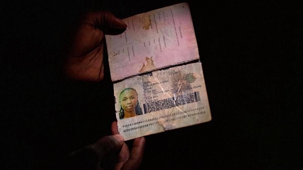 Allan Jaboma pitelee käsissään sisarensa Bella Jaboman passia. Bella Jaboma oli yksi Etiopian lentoturmassa kuolleista.