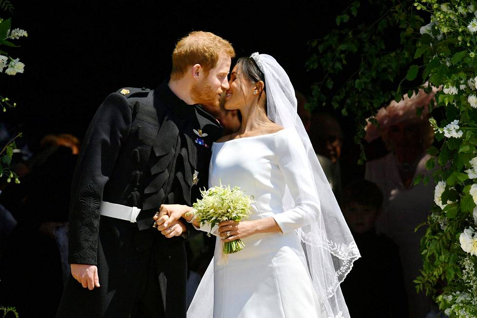 Suudelma Windsorin linnan portailla seremonian jälkeen.